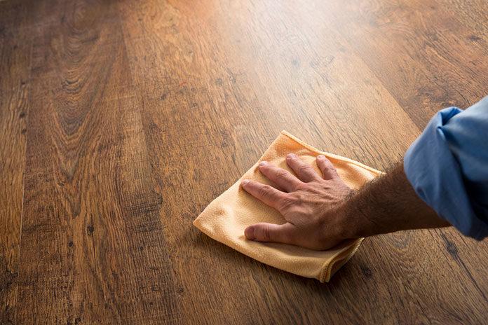 Jak konserwować drewnianą podłogę lakierowaną?