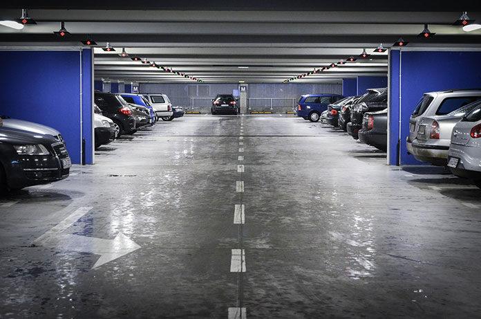 Garaże i miejsca postojowe na własność lub wynajem – co się lepiej opłaci?