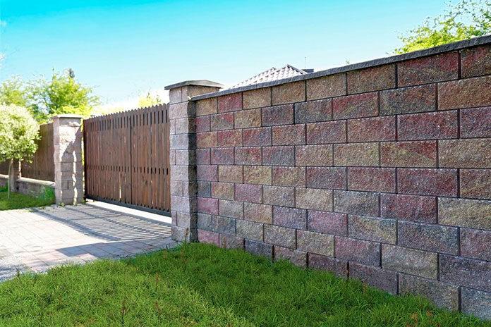 Poszukujesz pomysłu na nietuzinkowe ogrodzenie? Warto sprawdzić nowoczesne ogrodzenia z betonu