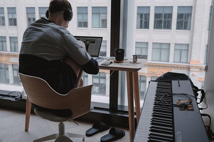 Home office – dobre biurko i fotel